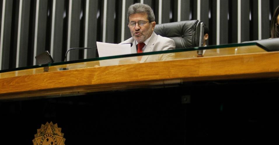 10.fev.2014 - O deputado Gonzaga Patriota (PSB-PE) lê a carta de renúncia de João Paulo Cunha durante sessão da Câmara dos Deputados, em Brasília (DF)