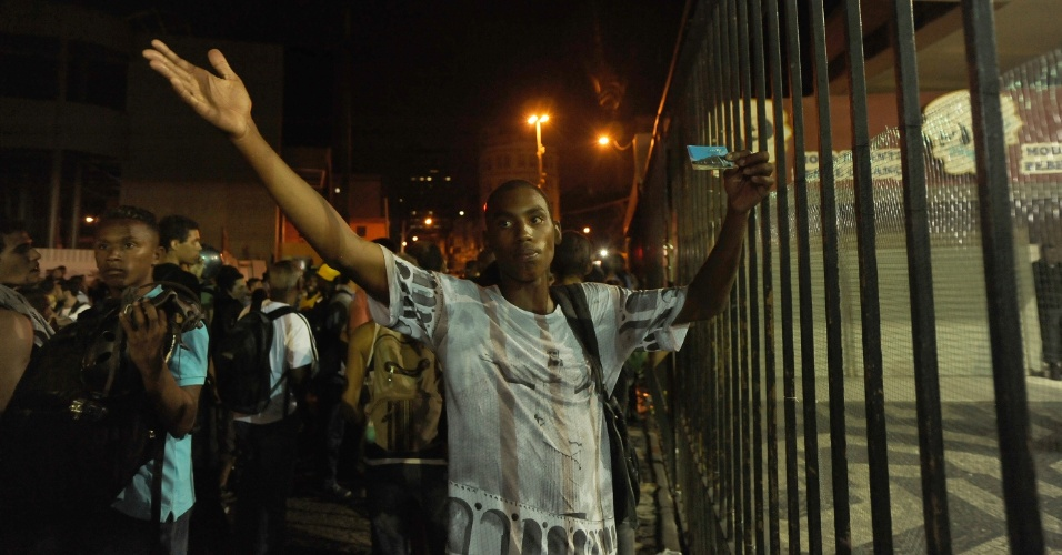 10.fev.2014 - Passageiro reclama devido ao fechamento da estação Central do Brasil, no Rio de Janeiro, por causa do protesto contra aumento da tarifa de ônibus no centro da cidade