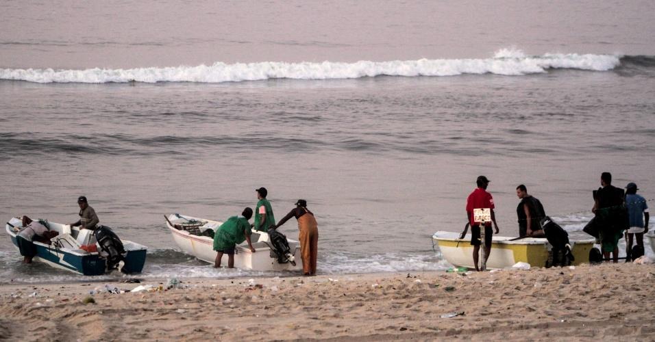 10.fev.2014 - Pescadores são visto na praia do Recreio dos Bandeirantes, na zona oeste do Rio de Janeiro, na manhã desta segunda-feira