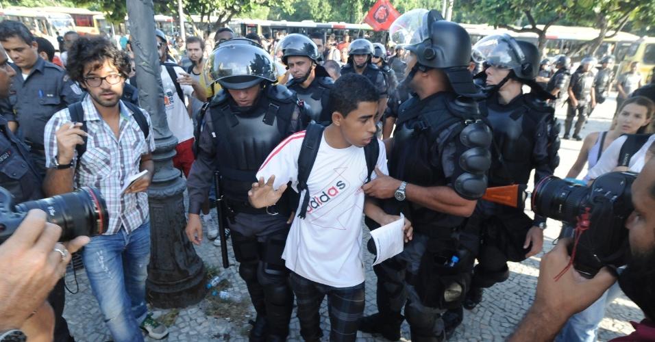 10.fev.2014 - Policiais militares detêm rapaz após revista na entrada da estação de trens Central do Brasil, nesta segunda-feira (10), onde deve acontecer um protesto para esta segunda-feira (10)