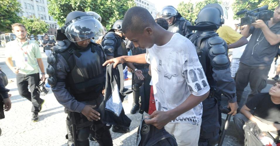 10.fev.2014 - Policiais militares revistam pessoas na entrada da estação de trens Central do Brasil, nesta segunda-feira (10), onde deve acontecer um protesto para esta segunda-feira (10)