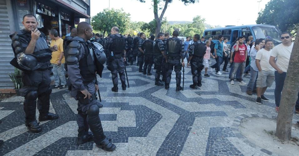 10.fev.2014 - Policiais militares se concentram nas imediações da estação de trens Central do Brasil, no centro do Rio de Janeiro, onde deve acontecer um protesto para esta segunda-feira (10)