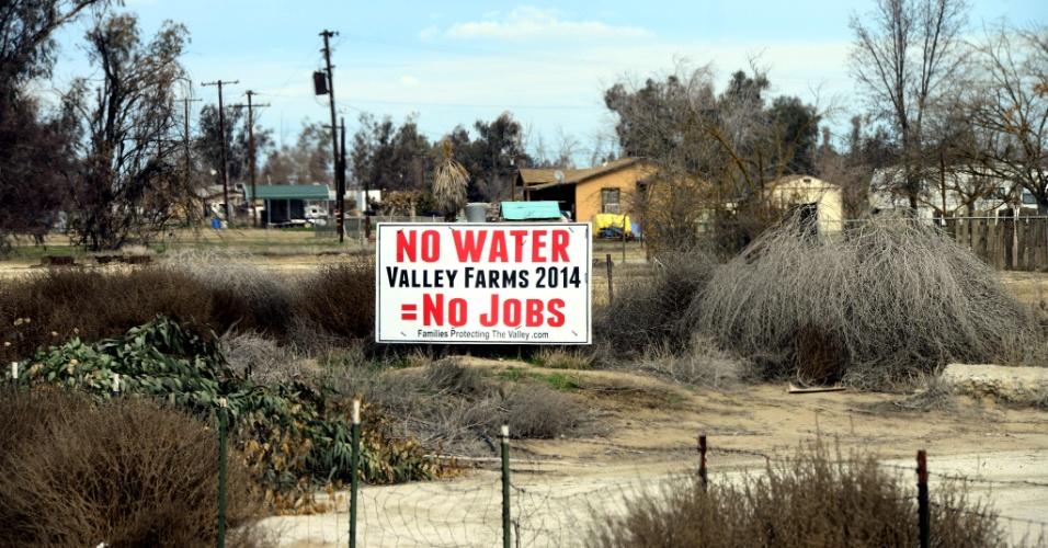 """9.fev.2014 - Placa em estrada na Califórnia (EUA) diz, em inglês: """"sem água = sem trabalho"""". A região conhecida como Central Valley, no Estado norte-americano, e que produz cerca de 30% do abastecimento de alimentos do país, está enfrentando a maior seca desde que os registros começaram, há mais de um século, e pode afetar drasticamente lavouras e pomares"""