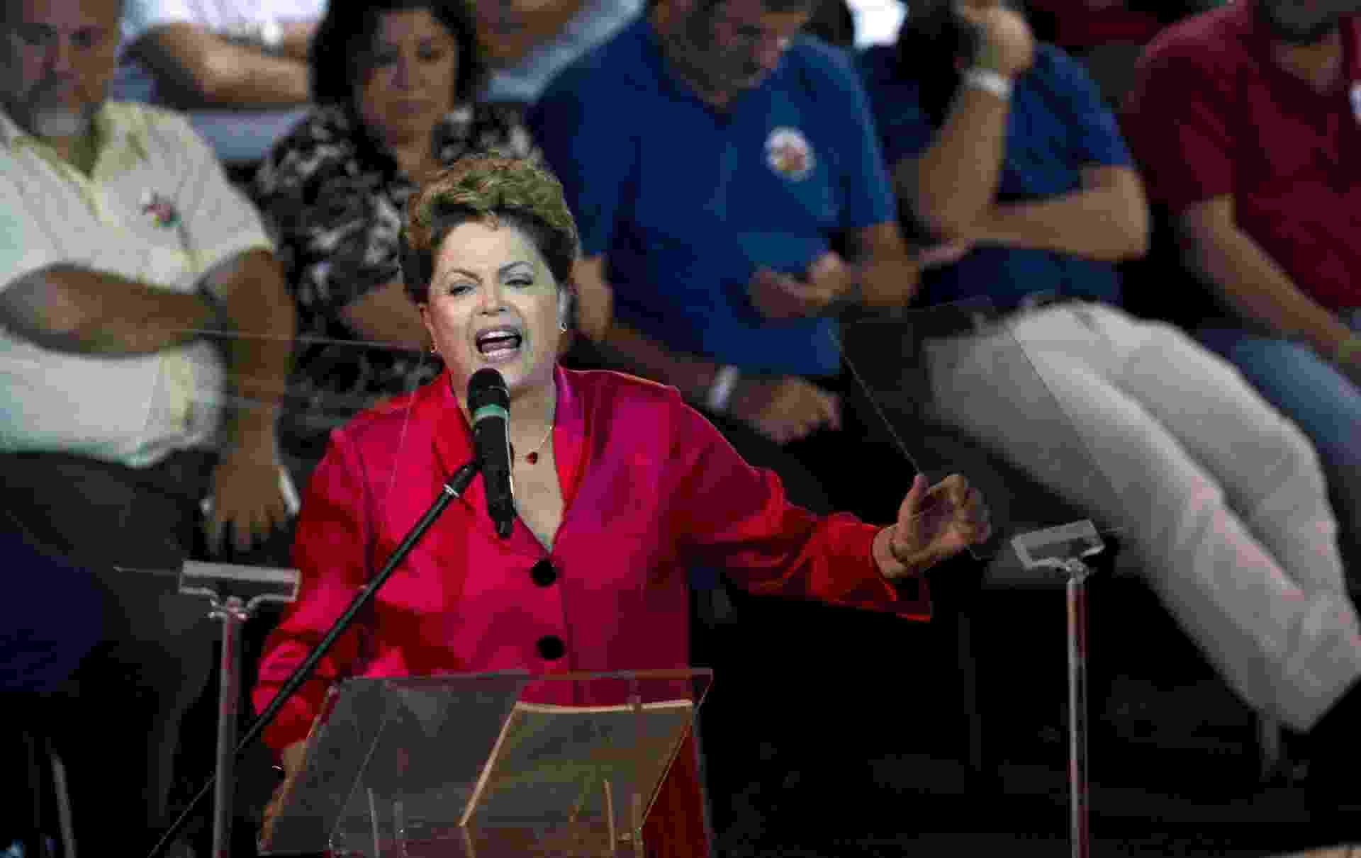 10.fev.2014 - A presidente Dilma Rousseff faz um discurso durante o 34º aniversário do PT (Partido dos Trabalhadores), durante evento em São Paulo - Nelson Almeida/AFP