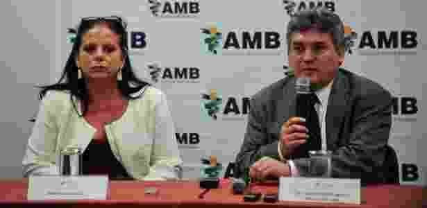 Ramona Matos Rodrigues, que deixou o Mais Médicos, ao lado do presidente da AMB, Florentino Cardoso - Marcelo Camargo/Agência Brasil