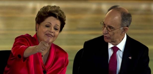 11.fev.2014 - Dilma Rousseff gesticula ao lado de Rui Falcão durante evento do PT