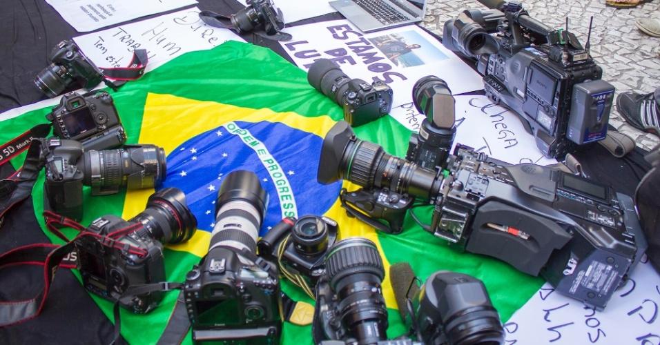11.fev.2014 - Jornalistas de Curitiba realizam nesta terça-feira (11) um ato na Boca Maldita, centro da cidade, em homenagem ao cinegrafista da Rede Bandeirantes, Santiago Andrade, morto na segunda-feira (10), após ser atingido por um rojão durante um protesto no Rio de Janeiro. Participam da manifestação cinegrafistas e repórteres fotográficos