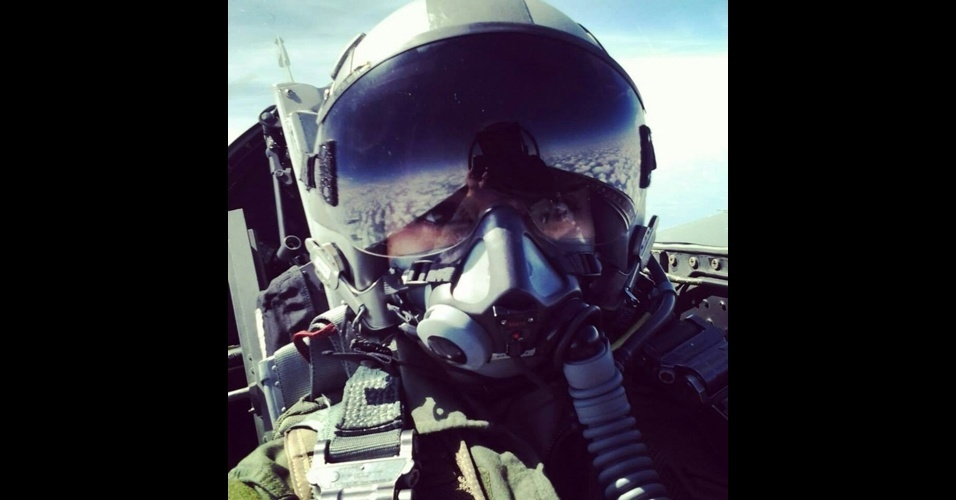 11.fev.2014 - Sucesso nas redes sociais, as fotos 'selfies' (termo em inglês para autorretrato) estão ficando cada vez mais ousadas. O site 'Mashable' fez uma seleção dessas fotos com espírito aventureiro. A piloto de um avião-caça tirou um 'selfie' enquanto voava
