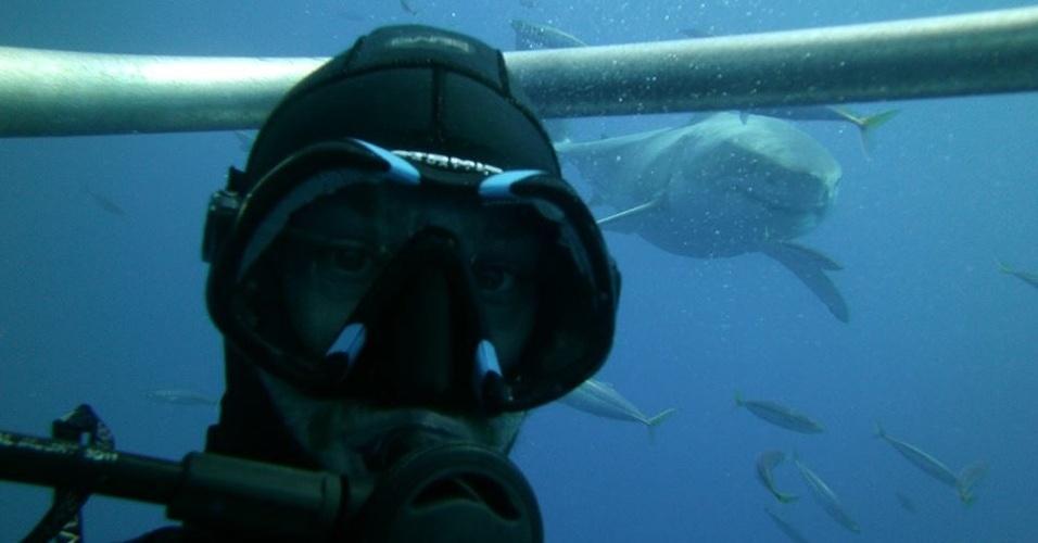 11.fev.2014 - Sucesso nas redes sociais, as fotos 'selfies' (termo em inglês para autorretrato) estão ficando cada vez mais ousadas. O site 'Mashable' fez uma seleção dessas fotos com espírito aventureiro. O mergulhador acima resolveu tirar um selfie nadando com tubarões