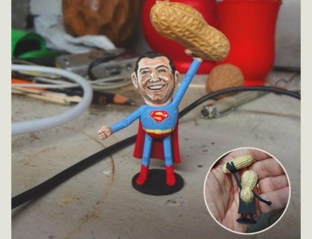 12.fev.2014 - Caricatura do ator George Reeves (1914-1959) vestido como a personagem mais famosa que já interpretou no cinema, o Superman, feita em casca de amendoim, trabalho do artista norte-americano Steve Casino, conhecido como o