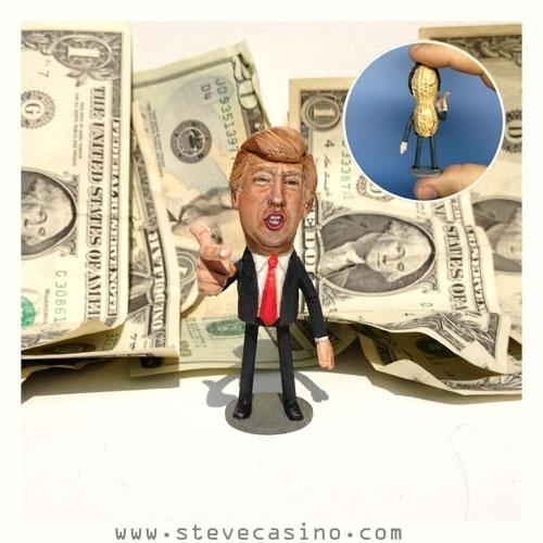 12.fev.2014 - Caricatura do empresário magnata americano Donald Trump feita em casca de amendoim, trabalho do artista norte-americano Steve Casino, conhecido como o