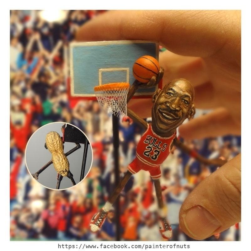 12.fev.2014 - Caricatura do ex-jogador americano e ídolo do basquete Michael Jordan feita em casca de amendoim, trabalho do artista norte-americano Steve Casino, conhecido como o