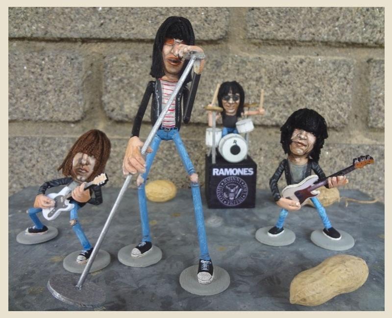 12.fev.2014 - Caricaturas dos integrantes da banda de punk-rock americana The Ramones feitas em casca de amendoim, trabalho do artista norte-americano Steve Casino, conhecido como o