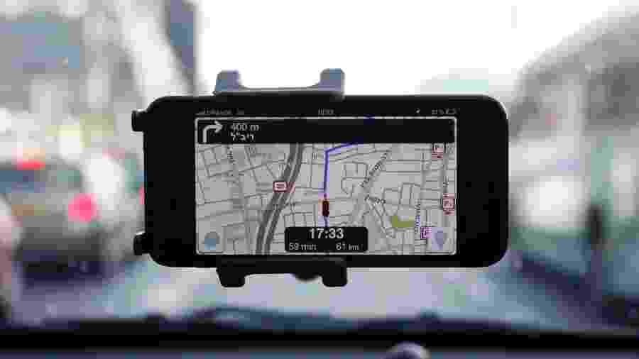 Tela do aplicativo Waze rodando em um smartphone dentro de um carro em Israel - Nir Elias/Reuters