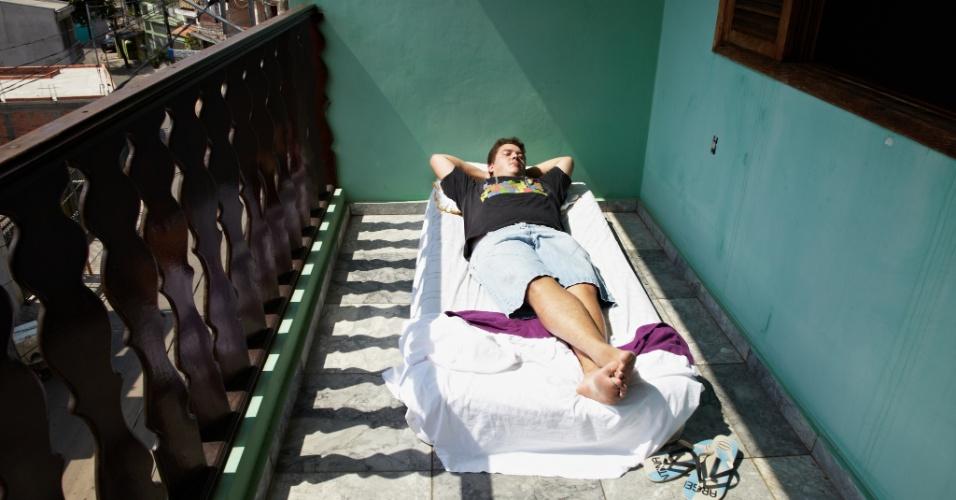 06.fev.2014 - O autônomo Marxseny Pinho, 23, decidiu colocar a cama na varanda para conseguir dormir bem nas noites de calor intenso