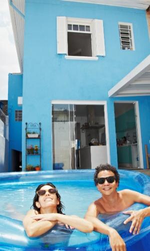 06.fev.2014 - O produtor cultural Paulo Capello, 39, e sua mulher, a atriz Joana Cytrynowicz, 33, na piscina que ele comprou para enfrentar o intenso calor, no bairro de Santana (SP)