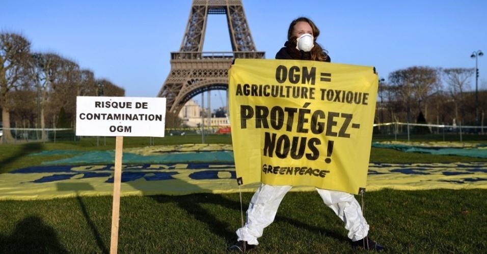 12.fev.2014 - Ativista do Greenpeace protesta contra um novo milho geneticamente modificado feito pelo grupo americano Pioneer, em Paris. O milho TC1507 ganhou a aprovação da União Europeia na terça-feira (11)