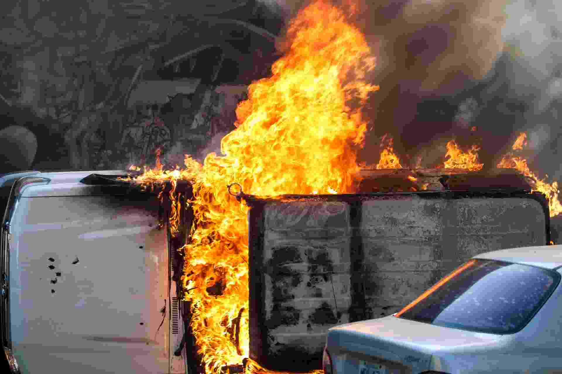12.fev.2014 - Carro é consumido por chamas após ser incendiado - Boris Vergara/Xinhua