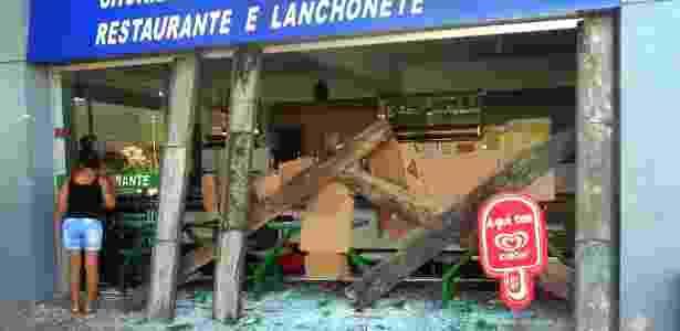 Grupos de sem-terra e agricultores destruíram as vidraças de duas agências bancárias e uma churrascaria em Buerarema, no sul da Bahia. Os manifestantes, que protestam contra a morte de um líder sem-terra, também colocaram fogo em placas de propaganda de um posto de gasolina - Macuco News/Divulgação