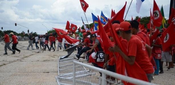 Integrantes do MST (Movimento dos Trabalhadores Rurais Sem Terra) derrubam cercas na praça dos Três Poderes, em Brasília