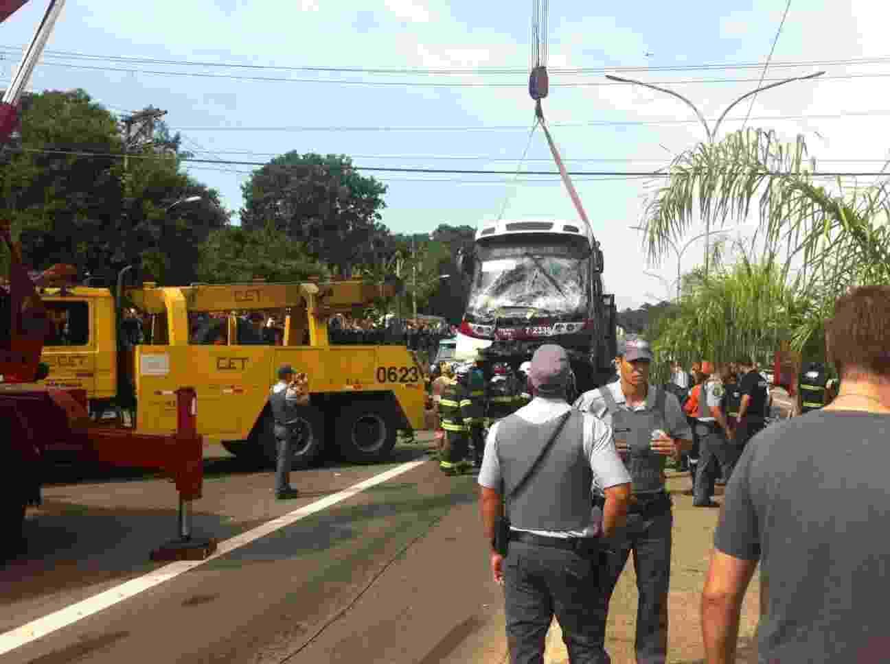 12.fev.2014 - Ônibus que esmagou um carro em acidente na rua Joaquim Nabuco, no Brooklin Paulista, na zona sul de São Paulo, é guinchado pela CET (Companhia de Engenharia de Tráfego) - Gil Alessi/UOL