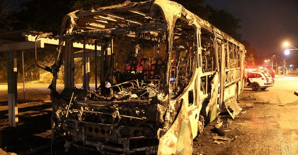 12.fev.2014 - Vândalos colocam fogo em ônibus na Estrada Turística do Jaraguá, na zona norte de São Paulo (SP), na noite de terça-feira, (11). Segundo a PM (Polícia Militar), o motorista foi abordado pelos criminosos, que pediram para que todos saíssem e, em seguida, atearam fogo ao coletivo. Ninguém ficou ferido