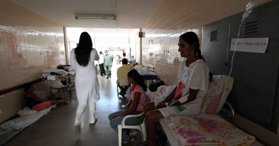 12.fev.2014 - Devido à falta de leitos, pacientes internados ficam em macas nos corredores do Hospital de Base de Vitória da Conquista, o maior do sudoeste da Bahia