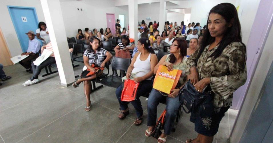 12.fev.2014 - Pacientes aguardam atendimento no Cemae (Centro Municipal de Atendimento Especializado), em Vitória da Conquista (BA)