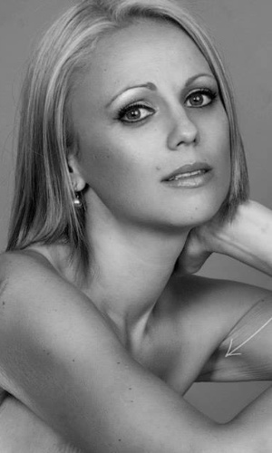 13.fev.2014 - A australiana Beth Whaanga, 33 anos, decidiu postar no seu perfil do Facebook fotos em que, só de calcinha, mostra as terríveis cicatrizes deixadas pelas cirurgias e tratamento contra o câncer de mama. Mais de 100 amigos a excluíram por isso