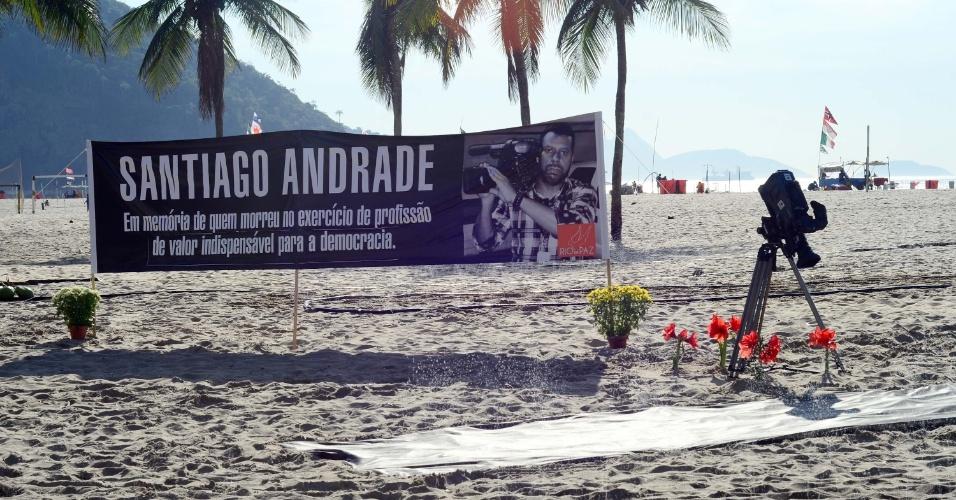 13.fev.2014 - A ONG Rio de Paz realizou uma homenagem ao cinegrafista Santiago Ilídio Andrade, 49, na praia de Copacabana, na zona sul do Rio de Janeiro, na manhã desta quinta-feira (13). Ele morreu na segunda-feira (10), vítima de ferimentos provocados ao ser atingido por um rojão enquanto cobria um protesto na última quinta-feira (6) no centro do Rio