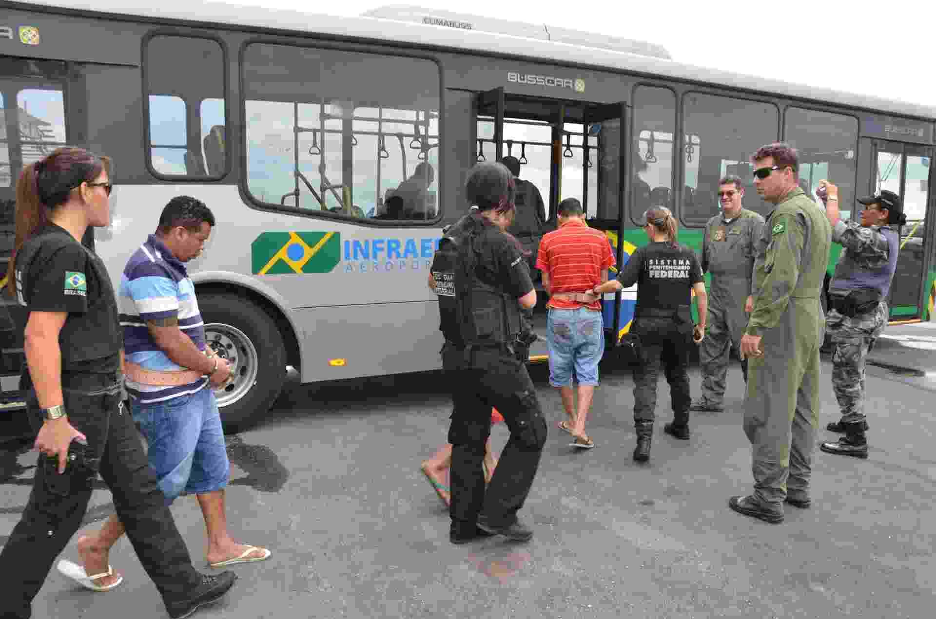13.fev.2014 - Agentes federais conduzem detentos dentro do aeroporto Marechal Cunha Machado, em São Luís, no Maranhão, nesta quinta-feira (13). Segundo a Sejap (Secretaria de Justiça e Administração Penitenciária), nove presos de alta periculosidade e que são líderes de facções criminosas embarcaram nesta manhã. O nome da penitenciária federal que os presos foram transferidos não foi divulgado por motivo de segurança - Nilson Figueredo/Divulgação