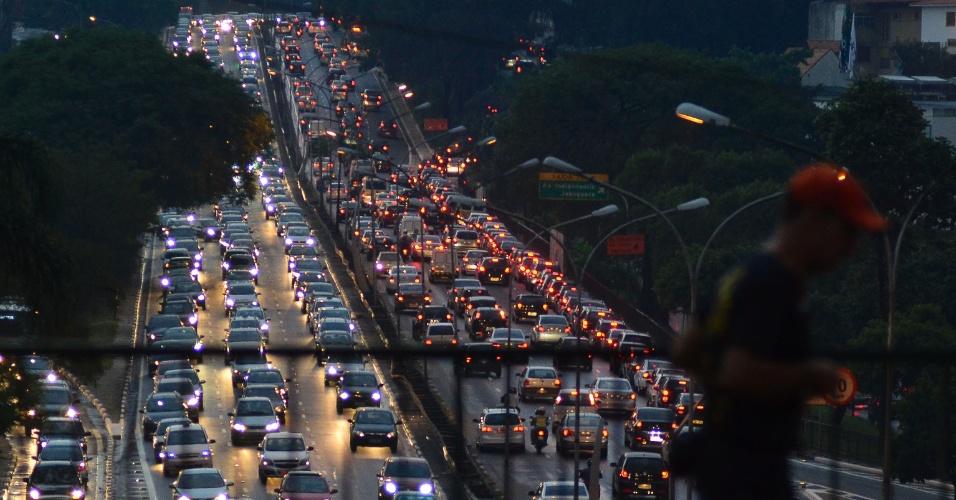 13.fev.2014 - Após a forte chuva que atingiu São Paulo nesta quinta-feira (13), motoristas enfrentam um trânsito intenso de veículos na Avenida Rubem Berta, altura do Viaduto Borges Lagoa, zona sul da capital paulista