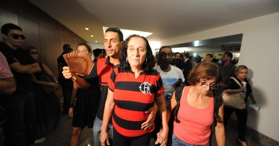 13.fev.2014 - Arlita Andrade veste uma camisa do Flamengo durante o velório do marido, o cinegrafista Santiago Andrade, morto na segunda-feira (10) no cemitério Memorial do Carmo, no Caju, Rio de Janeiro, nesta quinta-feira (13). O cinegrafista será cremado por volta do meio-dia