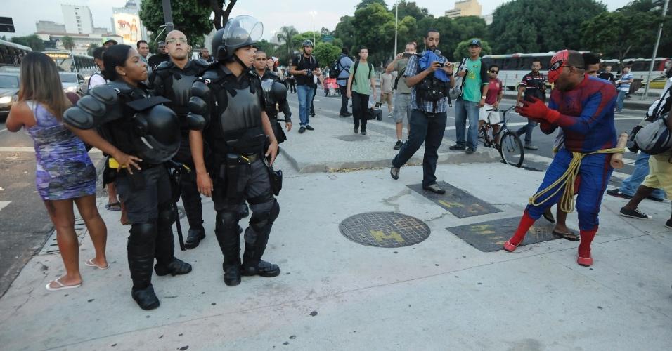 13.fev.2014 - Homem fantasiado de Homem Aranha interage com policiais militares durante protesto contra o aumento da passagem de ônibus no centro do Rio de Janeiro, nesta quinta-feira (13). Pelo menos mil pessoas participam do ato, que segue pacífico