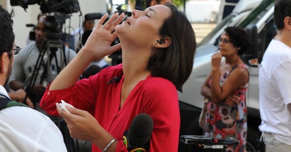 """13.fev.2014 - Jornalista da """"TV Bandeirantes"""" chora durante o velório do colega Santiago Ilídio Andrade, 49, no cemitério Memorial do Carmo, no Caju, Rio de Janeiro, nesta quinta-feira (13). O cinegrafista teve morte cerebral diagnosticada na manhã de segunda-feira (10). Ele foi atingido na cabeça quando registrava um protesto, na quinta-feira (6)"""
