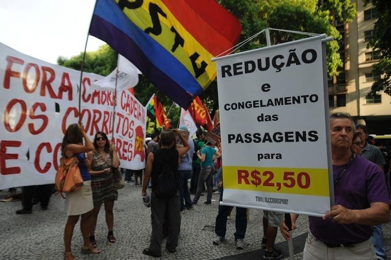 13.fev.2014 - Manifestante exibe cartaz em que se opõe ao aumento para R$ 3 da tarifa de ônibus no Rio de Janeiro, em novo ato