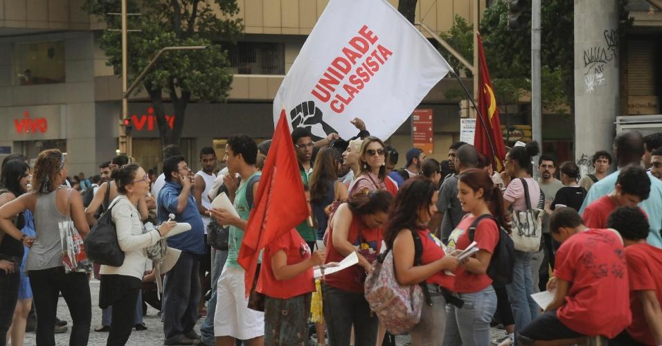 13.fev.2014 - Manifestantes com bandeiras se concentram na região da Candelária, centro do Rio de Janeiro, onde está marcado um novo protesto contra o aumento da tarifa de ônibus