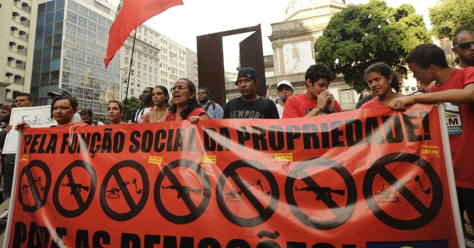 13.fev.2014 - Manifestantes saem em protesto contra aumento da tarifa de ônibus na região da Candelária, no Rio de Janeiro