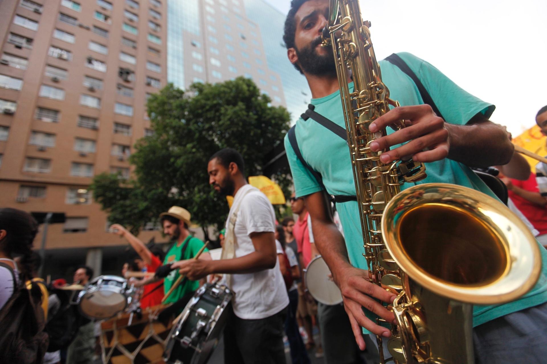 13.fev.2014 - Manifestantes tocam marchinhas de carnaval durante passeata no centro do Rio de Janeiro, em protesto contra o aumento da tarifa de ônibus na capital