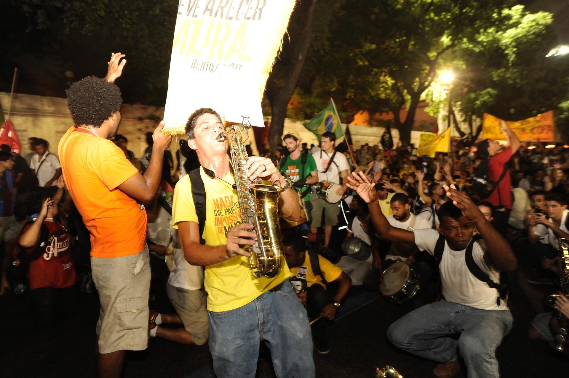 13.fev.2014 - Manifestantes tocam marchinhas de carnaval durante passeata no centro do Rio de Janeiro, em protesto contra o aumento da tarifa de ônibus na capital, nesta quinta-feira (13). Pelo menos mil pessoas participam do ato, que segue pacífico. Os manifestantes caminham rumo à estação de trens Central do Brasil