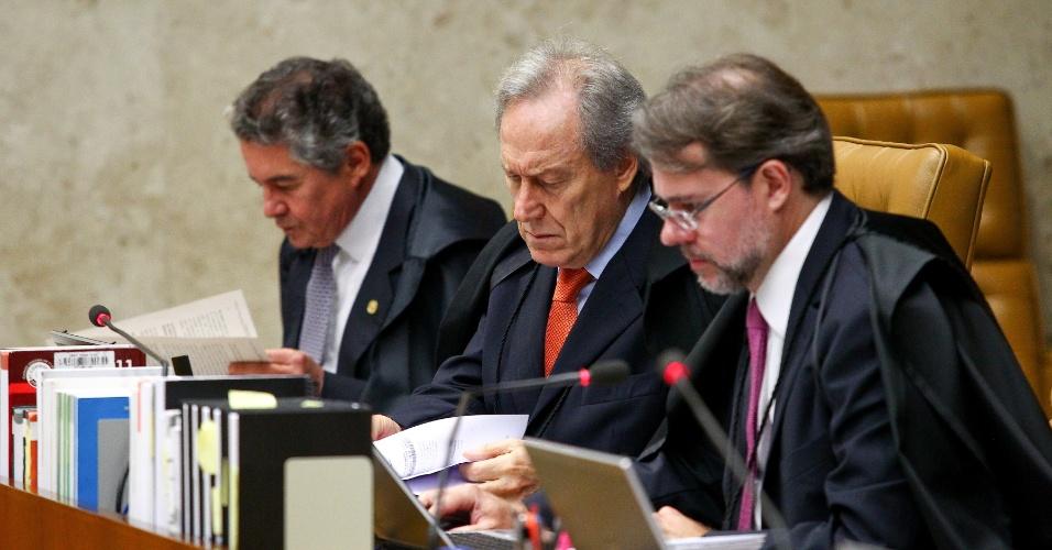 13.fev.2014 - Os ministros Marco Aurélio Mello, Ricardo Lewandowski e Dias Toffoli (da esquerda para a direita), do STF (Supremo Tribunal Federal), participam de sessão plenária em Brasília (DF)