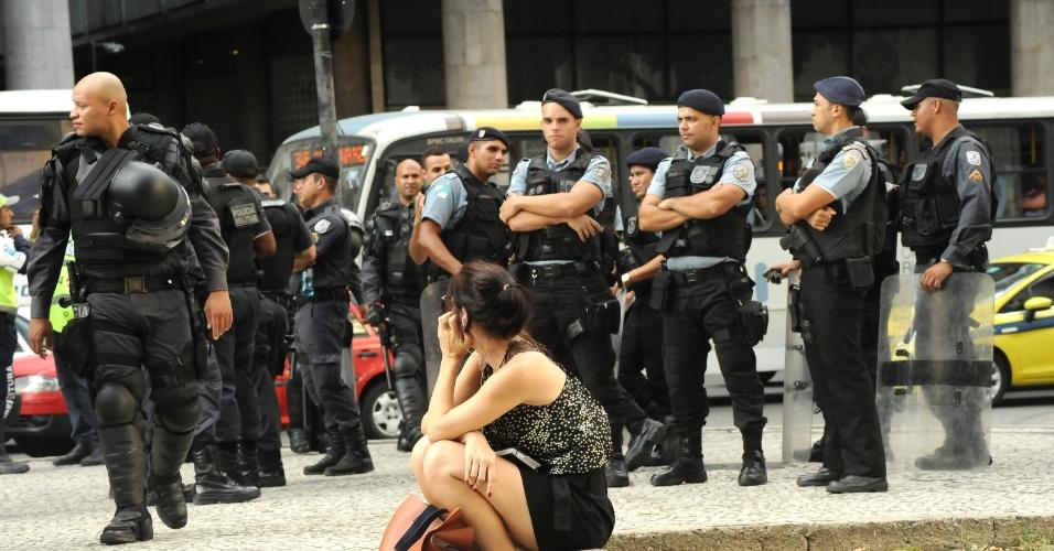 13.fev.2014 - Policiais se concentram na região da Candelária, centro do Rio de Janeiro, onde está marcado um novo protesto contra o aumento da tarifa de ônibus