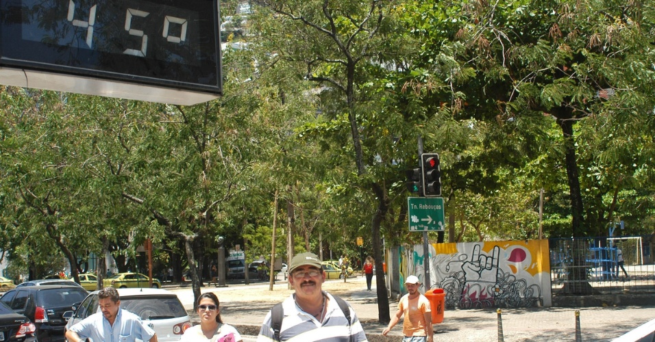 13.fev.2014 - Termômetro no Humaitá, na Zona Sul do Rio de Janeiro, registra a temperatura de 45º C, nesta quinta-feira (13). Segundo a metereologia, uma frente fria pode chegar no fim de semana