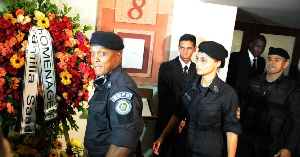 13.fev.2014 -Policiais do Bope (Batalhão de Operações Policiais Especiais) acompanham o velório de Santiago Ilídio Andrade, 49, no cemitério Memorial do Carmo, no Caju, Rio de Janeiro, nesta quinta-feira (13). O cinegrafista teve morte cerebral diagnosticada na manhã de segunda-feira (10). Ele foi atingido na cabeça quando registrava um protesto, na quinta-feira (6)