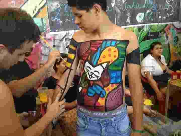 Calouro vira quadro de Romero Britto no trote da Escola de Belas Artes da UFRJ - Reprodução/Ana Santos