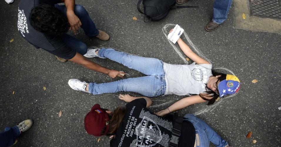 13.fev.2014 - Estudantes protestam contra a morte de Bassil Da Costa em Caracas (Venezuela). Da Costa foi morto na quarta-feira (12), durante série de manifestações contra Nicolás Maduro. O governo da Venezuela convocou seus partidários a responderem à manifestação estudantil, a que chamou de fascista, nesta quinta-feira (13), um dia depois que três pessoas morreram e dezenas ficaram feridas na violência em protestos