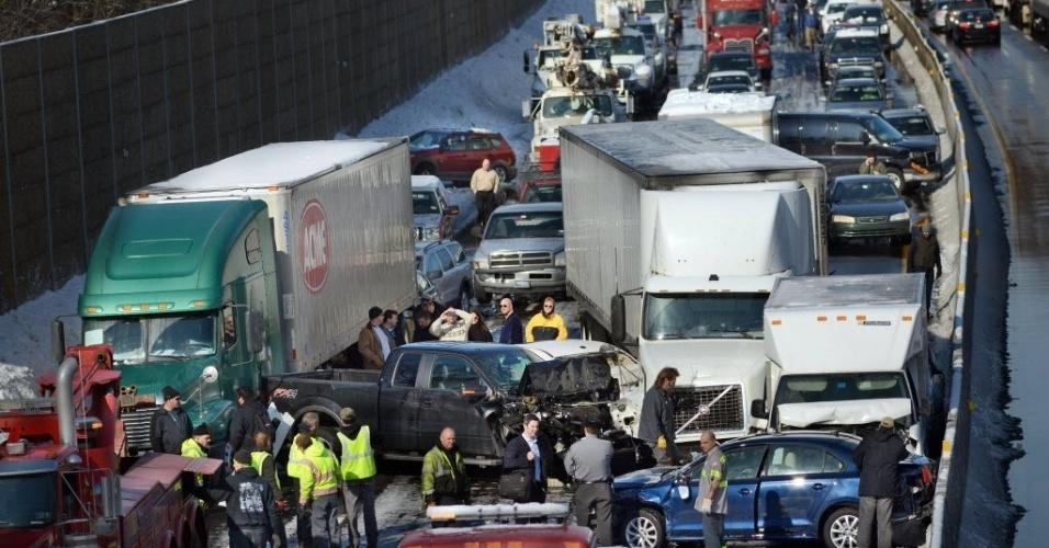 14.fev.2014 - A movimentada rodovia Pennsylvania Turnpike ficou tomada por metal retorcido de cerca de 50 veículos, nesta sexta-feira (14), em acidentes múltiplos que feriram pelo menos 30 pessoas feridas na Pensilvânia, Estados Unidos. A neve contribuiu para o acidente que deixou mais de dez quilômetros de congestionamento na via
