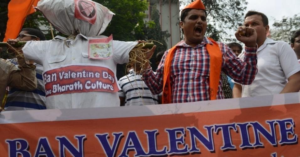 14.fev.2014 - Ativistas da organização hindu Bajrang Dal fazem protesto contra o dia de São Valentim, nesta sexta-feira (14), comemorado como o Dia dos Namorados. A organização se opõe fortemente à celebração da data, considerada por seus jovens ativistas como uma invasão na cultura hindu