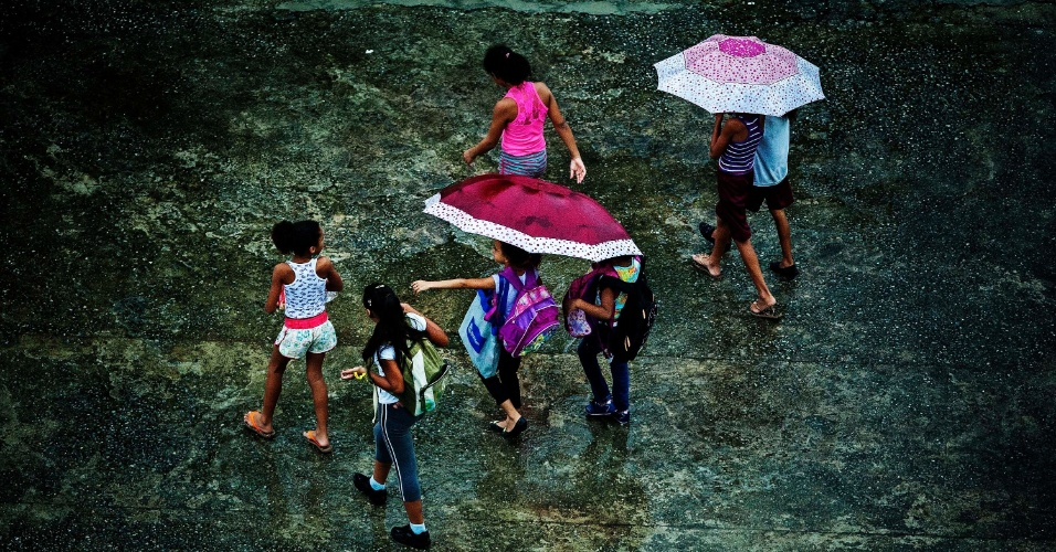 14.fev.2014 - Crianças andam sob a chuva no bairro da Saúde, na zona sul de São Paulo, na tarde desta sexta-feira (14). De acordo com imagens de radar do CGE, a chuva é forte em diversos pontos da zona norte, principalmente entre os bairros de Freguesia do Ó, Casa Verde, Pirituba e Jaraguá. Na região central e na zona oeste, a precipitação é moderada