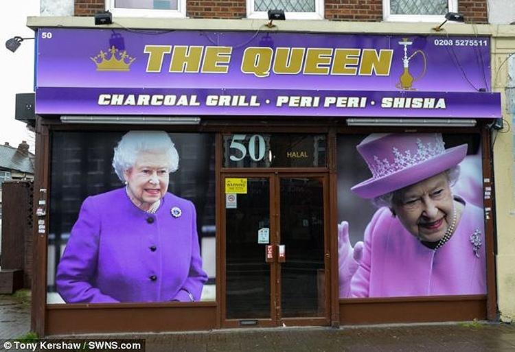 14.fev.2014 - Fachada da lanchonete The Queen, em Londres, que vende churrasquinho grego, hambúrgueres, pizza e espetinhos